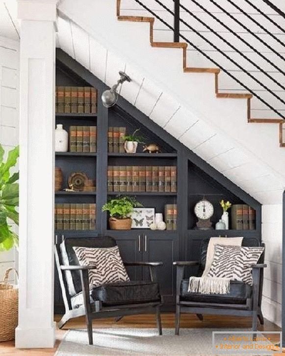 Schrank unter der treppe in einem privathaus - stilvolle und
