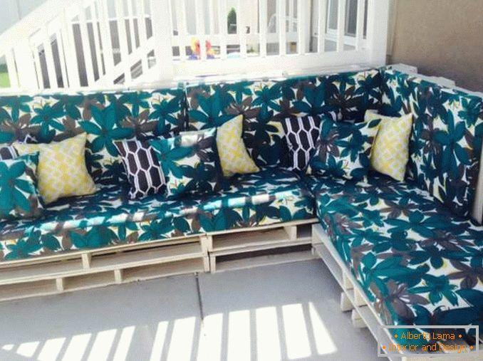 Ein bequemes sofa mit ihren händen: die anleitung mit einem